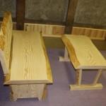 モミで造ったベンチとテーブル